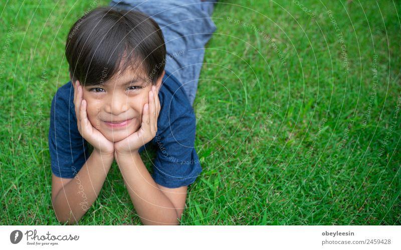Kleiner Junge Lächle und glücklich im Hinterhof. Freude Glück schön Gesicht Spielen Garten Klettern Bergsteigen Kind Mensch Baby Kleinkind Mann Erwachsene