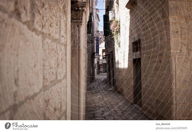Gasse in Trogir (Kroatien) alt Stadt Sommer Ferien & Urlaub & Reisen Haus gelb Wand Fenster Mauer Gebäude braun Tür Fassade Ausflug Tourismus Europa