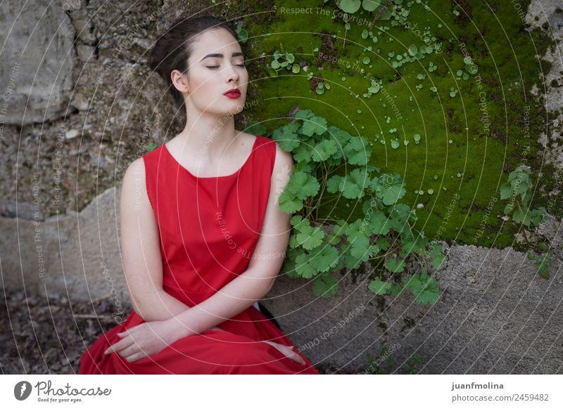 Melancholisches Mädchen mit rotem Kleid in der Natur elegant Stil schön Gesicht Sommer Junge Frau Jugendliche Erwachsene 18-30 Jahre Erde Mode Traurigkeit grün