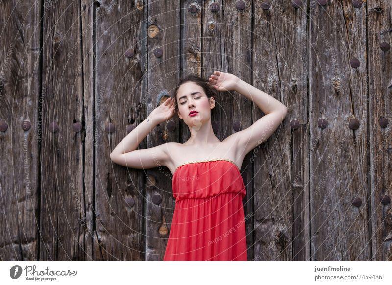 Porträt eines Mädchens in rotem Kleid an einer Holztür Lifestyle elegant Stil schön Sommer Mensch Frau Erwachsene 18-30 Jahre Jugendliche Tor Tür warten weiß