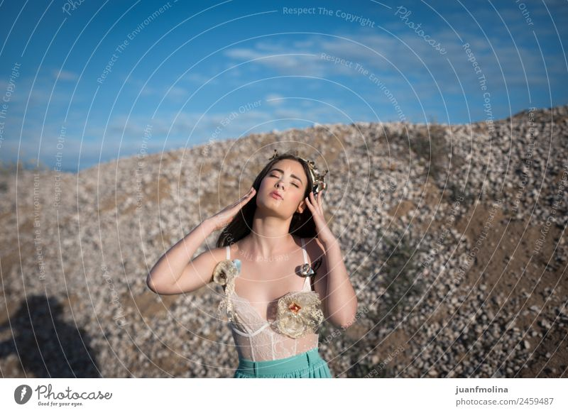 Porträt eines hübschen Mädchens mit Krone schön Haare & Frisuren Gesicht Mensch Frau Erwachsene Körper 18-30 Jahre Jugendliche Blume Mode Liebe natürlich grün