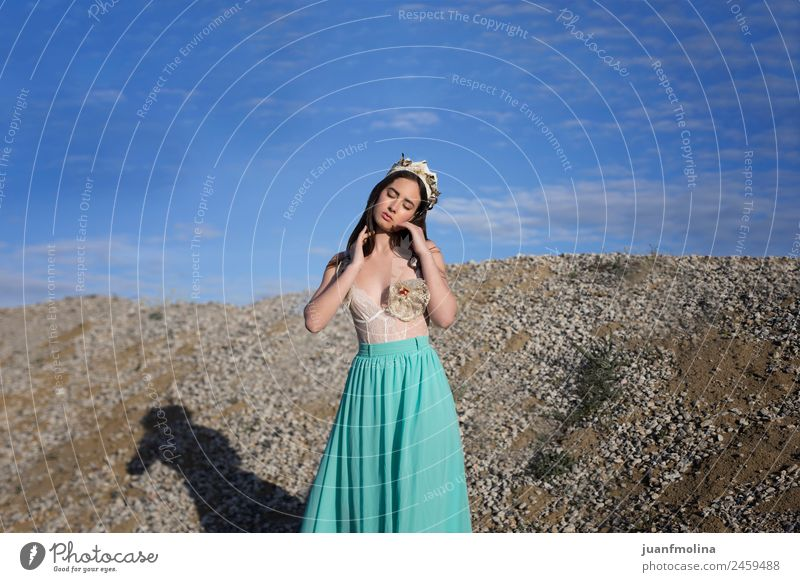 Porträt eines hübschen Mädchens mit Krone Stil schön Haare & Frisuren Gesicht Mensch Frau Erwachsene 18-30 Jahre Jugendliche Blume Mode träumen natürlich grün