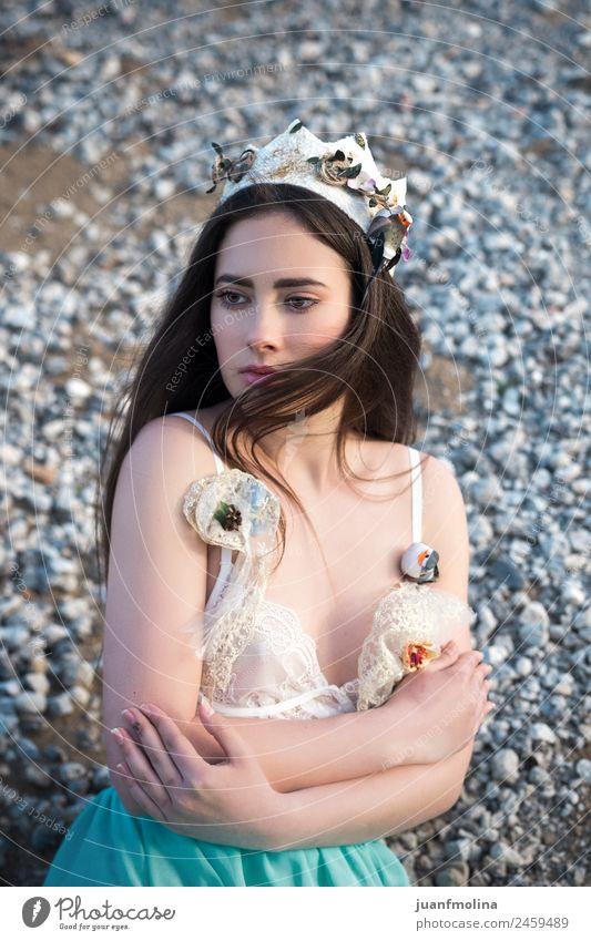 Porträt eines hübschen Mädchens mit Krone elegant schön Haare & Frisuren Gesicht Mensch Frau Erwachsene 18-30 Jahre Jugendliche Blume Mode brünett fantastisch