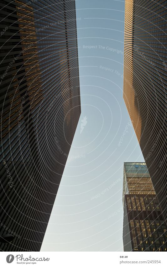 Kantig Himmel blau Architektur Fassade Hochhaus Ecke Stadtzentrum New York City Wolkenloser Himmel