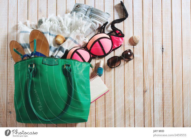 Frau Ferien & Urlaub & Reisen Sommer Strand Erwachsene Lifestyle Holz Stil Mode Textfreiraum modern Aussicht Bekleidung Sammlung Sonnenbrille Bikini