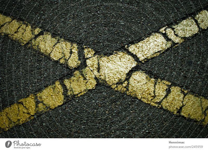 Kreuz und quer. alt schwarz gelb Straße grau Stein Farbstoff Linie gold Schilder & Markierungen Beton Streifen Buchstaben Asphalt Mitte Zeichen
