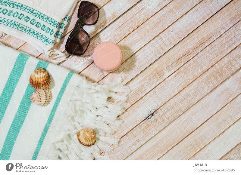 Frau Ferien & Urlaub & Reisen Sommer blau Erholung Strand Erwachsene Lifestyle Holz Stil Mode Textfreiraum modern Aussicht Abenteuer Bekleidung