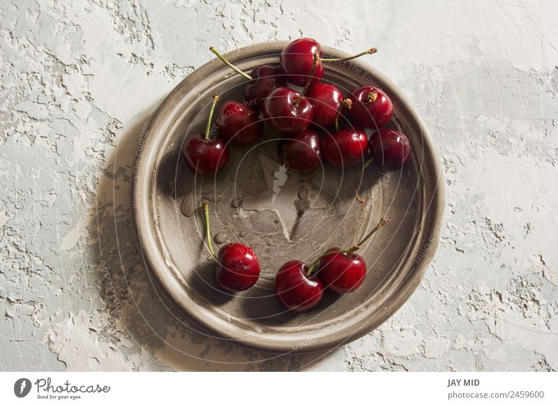 köstliche Kirschen, über Kopf Lebensmittel Frucht Dessert Ernährung Mittagessen Bioprodukte Vegetarische Ernährung Teller Stil Gesundheit Sommer Tisch Natur