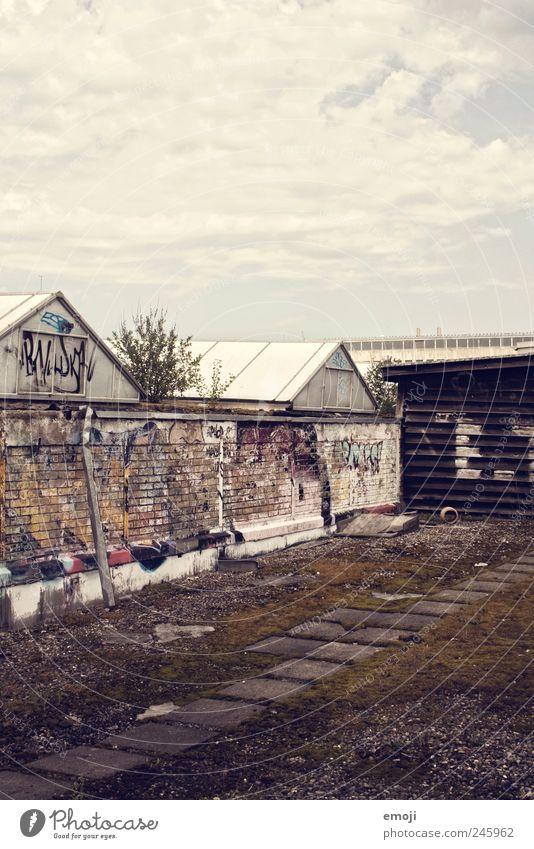 Abgrund über den Dächern [E.T.] alt dunkel Wand Graffiti Mauer Platz Dach verfallen Hinterhof Industrieanlage Ghetto Stadtrand Jugendkultur Politik & Staat