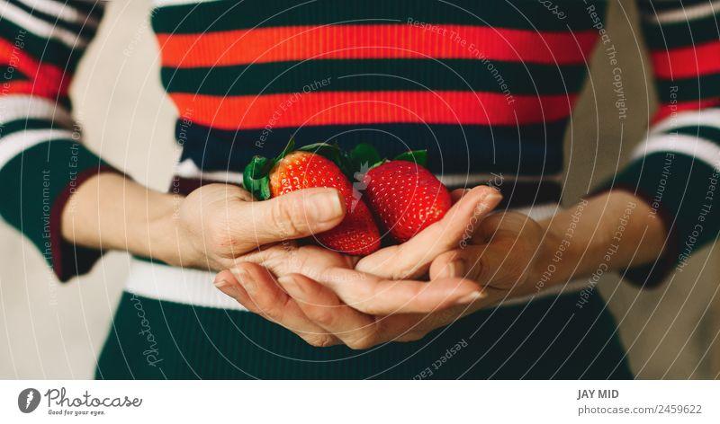 Frau Mensch Natur grün Hand rot Blatt Essen Erwachsene natürlich Frucht frisch Kleid Frühstück zeigen Beeren