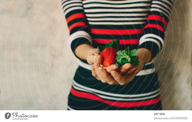 Die Frau hält Erdbeeren in den Händen. Lebensmittel Frucht Essen Frühstück Bioprodukte Vegetarische Ernährung Diät Mensch feminin Erwachsene Hand 1 Natur Blatt