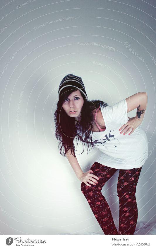 <| Rock on feminin Junge Frau Jugendliche 1 Mensch 18-30 Jahre Erwachsene stehen Mütze gestreift T-Shirt weiß hell Strumpfhose Muster Blumenmuster Rose Tattoo