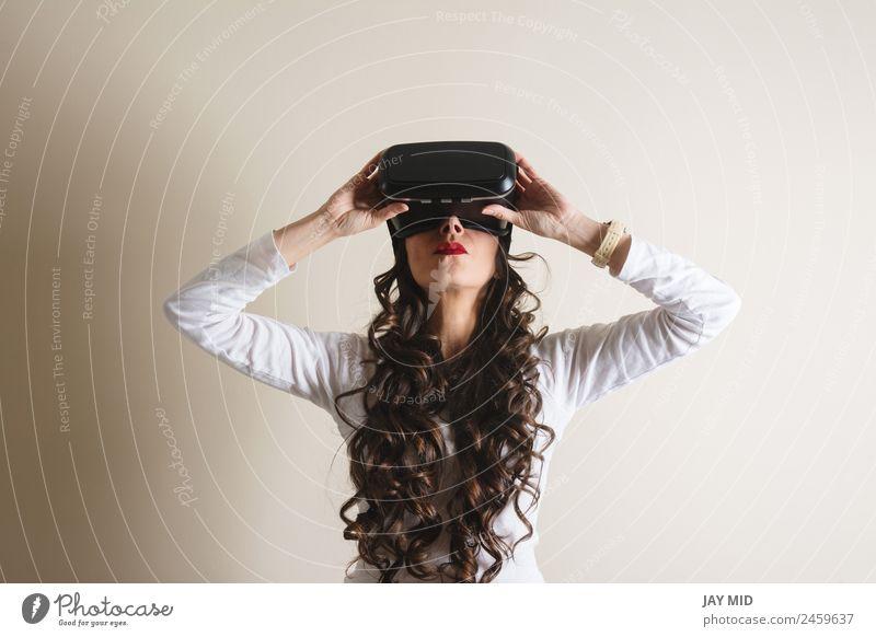Frau mit Brille der virtuellen Realität Freizeit & Hobby Spielen Entertainment Wissenschaften Industrie Telefon Headset Technik & Technologie Mensch Erwachsene