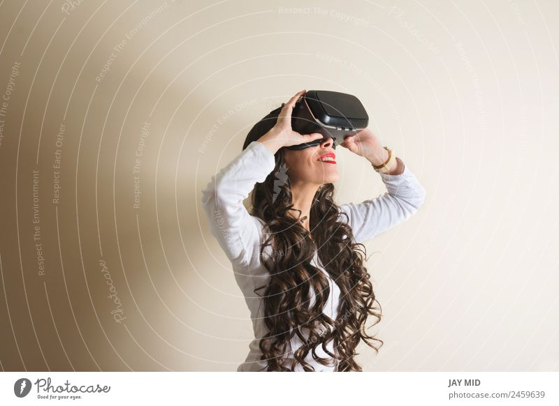 Frau Spielen modern Technik & Technologie Lächeln Zukunft beobachten Telefon Handy Verstand digital innovativ Entertainment erleben Video wirklich
