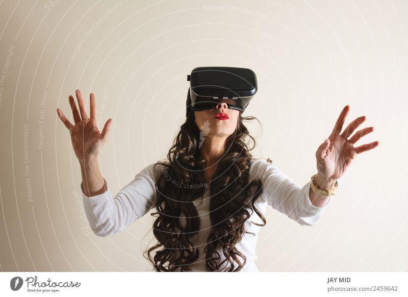 VR-Brille: Frau lebt Erfahrung mit den Händen, Freizeit & Hobby Spielen Entertainment Wissenschaften Industrie Telefon Headset Technik & Technologie Internet