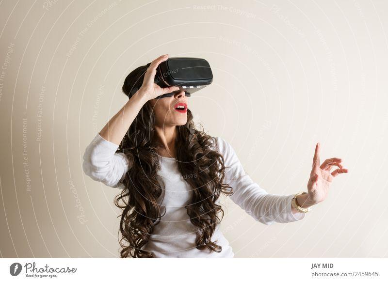 Frau mit Brille der virtuellen Realität VR Realismus Headset Brillenträger Teufel 3d Handy Entertainment Telefon Video modern Spielen Technik & Technologie