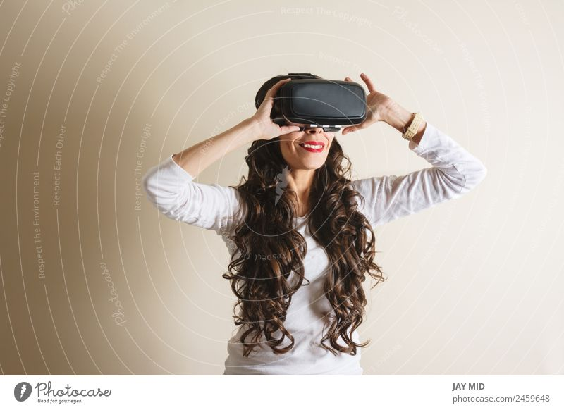 weibliche Lebenserfahrung, während sie lächelt, VR-Brille Freizeit & Hobby Spielen Entertainment Wissenschaften Industrie Telefon Headset Spielkonsole