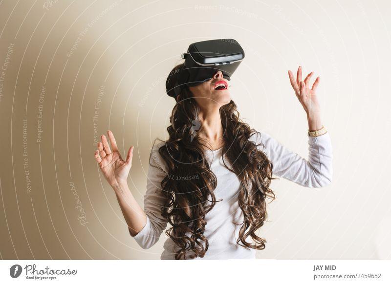 Frau mit Brille der virtuellen Realität Freizeit & Hobby Spielen Entertainment Wissenschaften Industrie Telefon Headset Technik & Technologie Mensch feminin