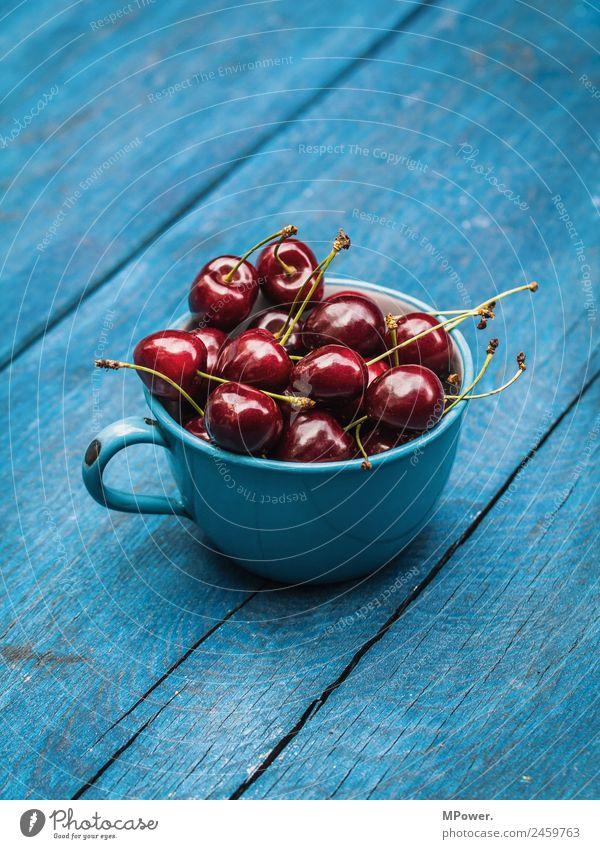 lecker sauerkirschen Lebensmittel Kirsche rot blau Tasse Bioprodukte frisch knackig Gesundheit vitaminreich Holztisch Farbfoto Außenaufnahme Nahaufnahme