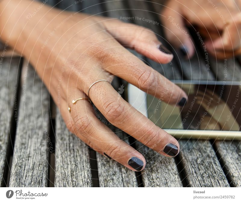 Arbeiten mit Stil Lifestyle elegant Design schön Maniküre Erholung Arbeit & Erwerbstätigkeit Telefon Handy Frau Erwachsene Finger Mode Schmuck Ring Sport