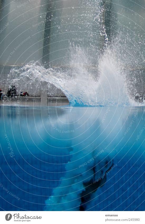Oberflächenentspannung Mensch Wasser blau Freude Leben kalt springen Luft nass fliegen Wassertropfen Lifestyle Schwimmbad fallen Fitness Sport-Training