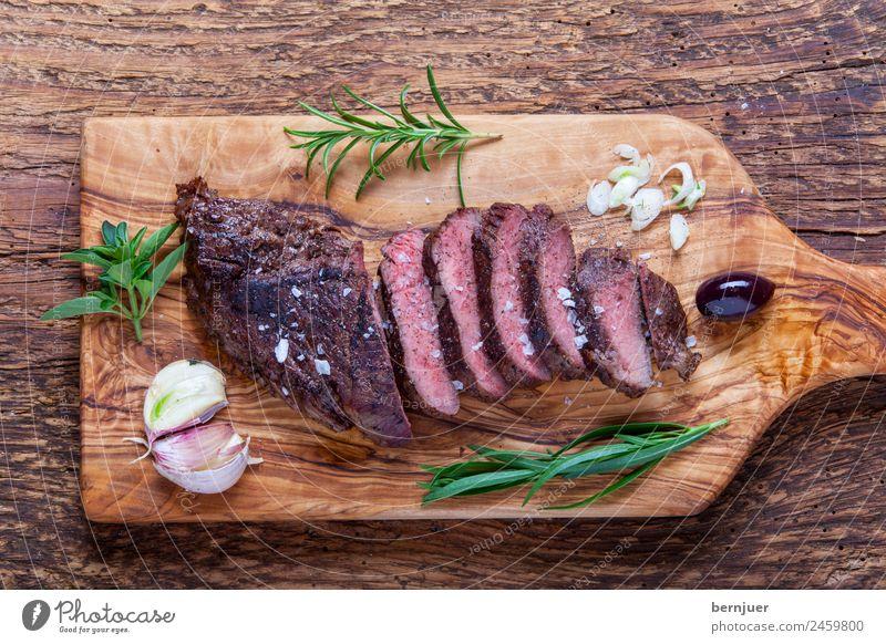 gegrilltes Steak auf Holz Lebensmittel kochen & garen Kräuter & Gewürze gut Fleisch Schneidebrett Rosmarin Oliven Feinschmecker Knoblauch gebraten Lende Oregano