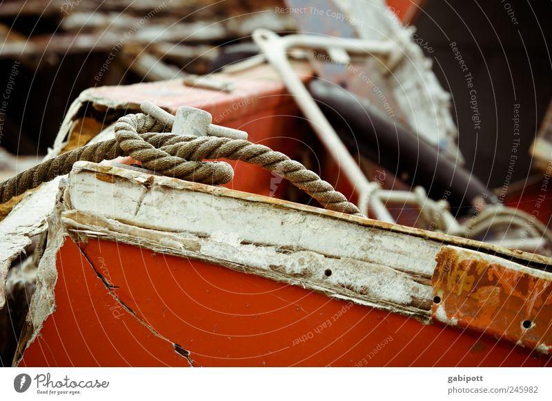 Gestrandete Seelen Schifffahrt Fischerboot Motorboot Hafen schiffsfriedhof Seil Schiffsplanken Knoten Holz alt kaputt trashig braun rot weiß Verfall