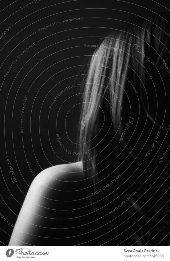 abende mit langen schatten. Mensch Jugendliche dunkel feminin Gefühle Haare & Frisuren Traurigkeit Erwachsene Arme Trauer dünn Sehnsucht Schulter langhaarig