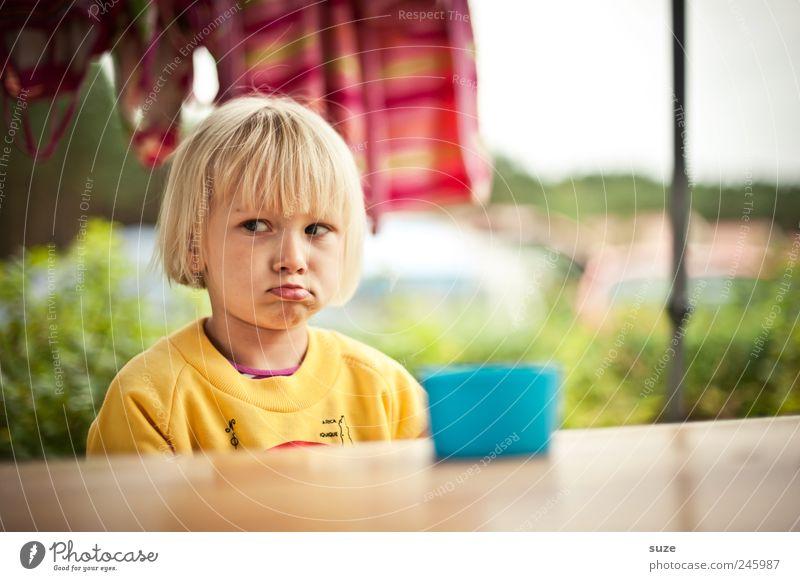 Menno Mensch Kind Mädchen gelb Kopf Haare & Frisuren Traurigkeit Kindheit blond sitzen Lippen Kleinkind Wut Tasse böse Pullover