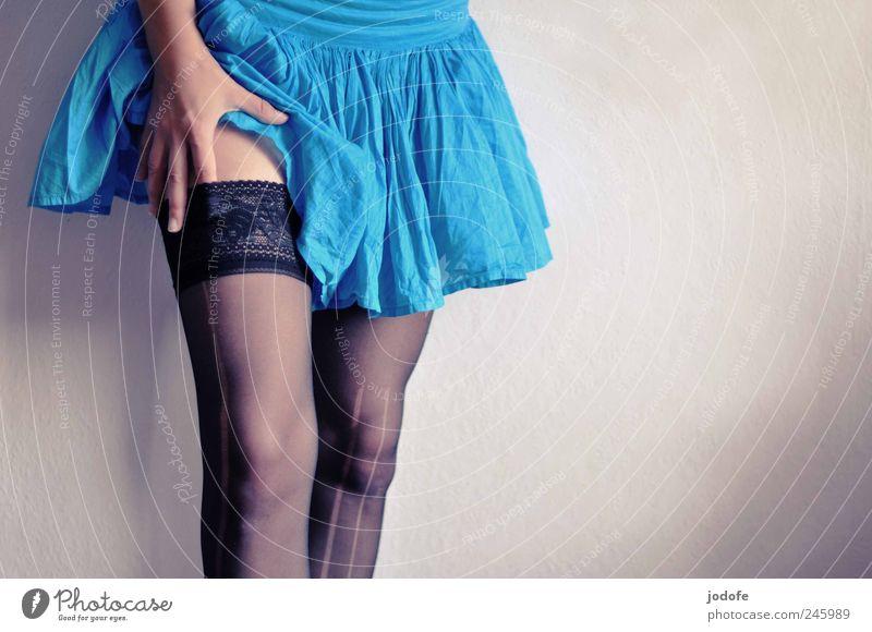Sex sells elegant Mensch feminin Junge Frau Jugendliche Beine 1 18-30 Jahre Erwachsene stehen Minirock Hand Strapse Strumpfhose Erotik berühren türkis