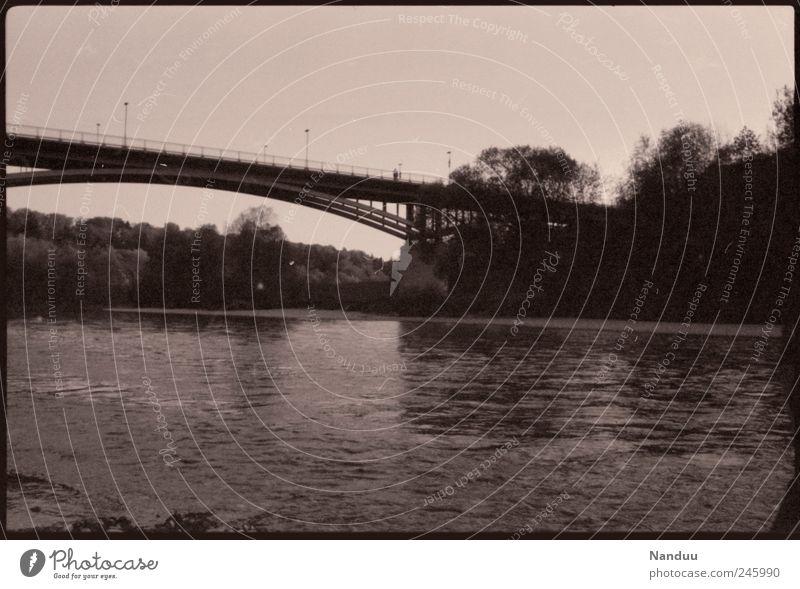 Verbindung Brücke retro Sepia analog Fluss Isar Bootsfahrt Außenaufnahme Sommer Schwarzweißfoto Experiment
