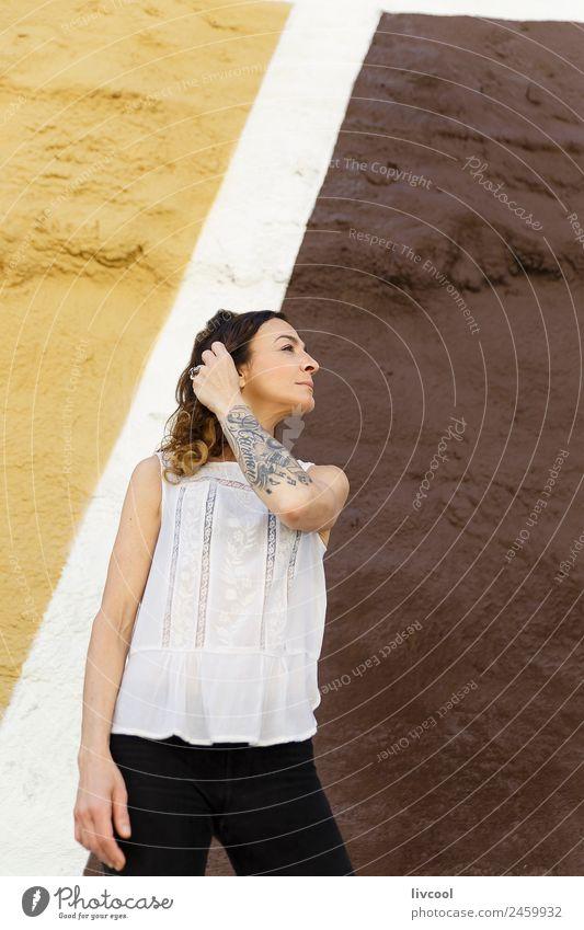 Tätowierte Frau vor einer Wand Lifestyle Glück schön Gesicht Erholung ruhig Mensch feminin Erwachsene Körper 45-60 Jahre Kunst Gebäude Fassade Straße Tattoo