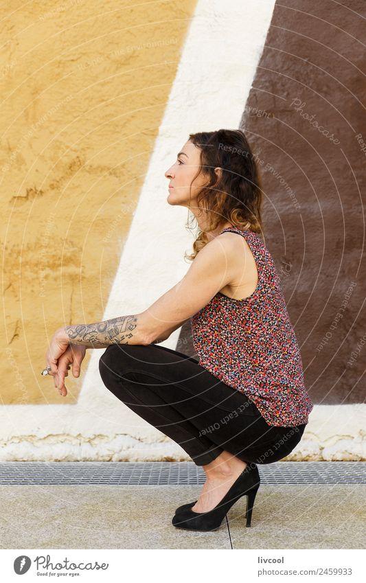Frau mit Tattoos Lifestyle Glück schön Gesicht Erholung ruhig Mensch feminin Erwachsene 45-60 Jahre Kunst Gebäude Fassade Straße Piercing Locken Graffiti Denken