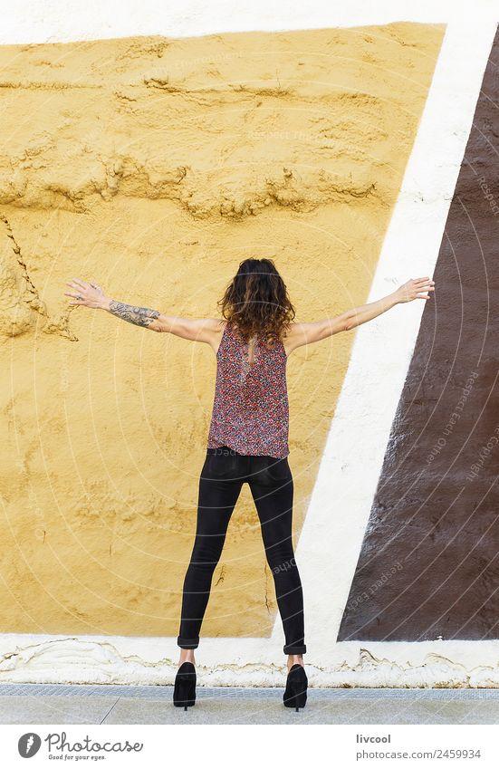 Frau Mensch Stadt schön Erotik Erholung ruhig Gesicht Straße Erwachsene Lifestyle Graffiti Wand feminin Stil Gebäude