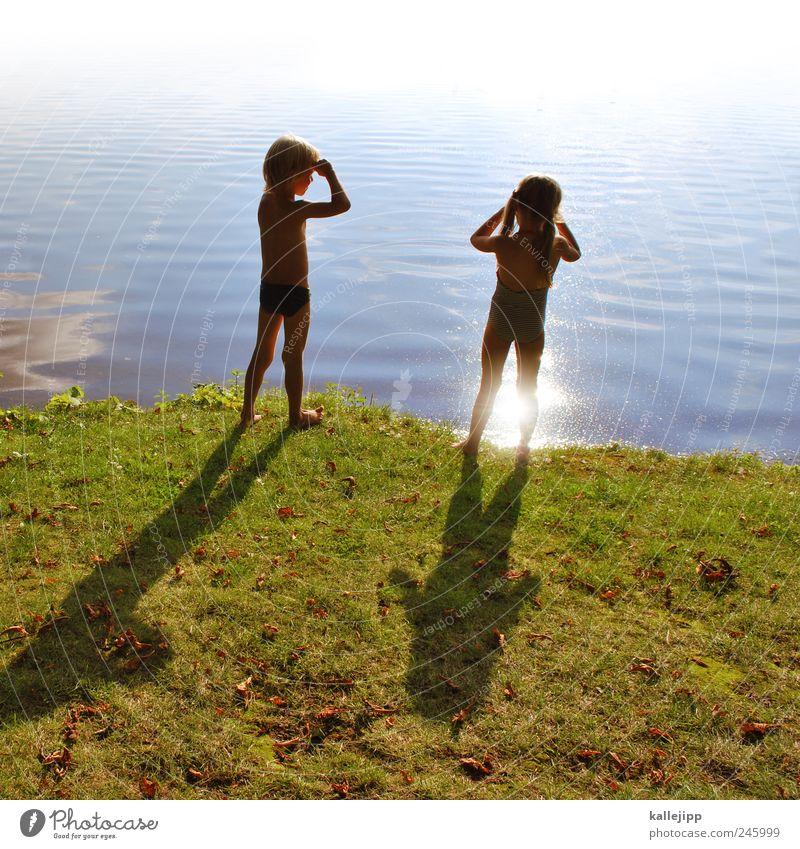 da! wo? Schwimmen & Baden Mensch Mädchen Junge Geschwister Bruder Schwester Kindheit Leben 2 3-8 Jahre Umwelt Natur Erde Wasser Gras Wiese Wellen Küste Seeufer