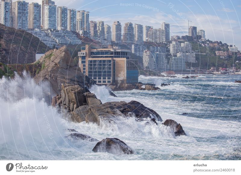 Vina del Mar, Chile Meer Wellen Umwelt Natur Wasser Klima Wetter Unwetter Wind Felsen Küste Strand Bucht Stadt Hafenstadt Skyline Hochhaus Turm Gebäude