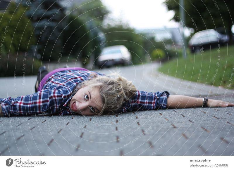 liegengeblieben Sommer Junge Frau Jugendliche Hemd schreien bedrohlich frech lustig verrückt Leben Angst Entsetzen gefährlich Verzweiflung Schrecken Straße
