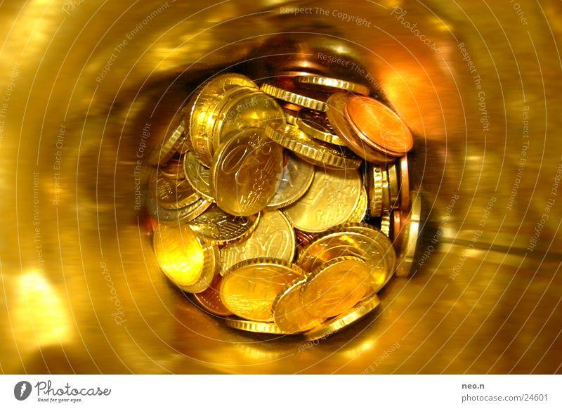 Spardose Reichtum Geld sparen Kapitalwirtschaft reich gelb gold Euro Cent Farbfoto Makroaufnahme Kunstlicht Blitzlichtaufnahme Vogelperspektive