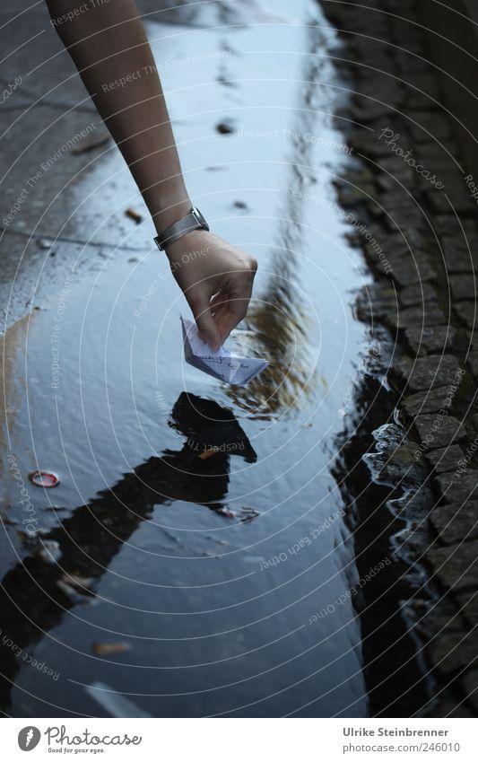 Spieltrieb / Chamanvier Mensch Hand Sommer Freude Straße Leben Spielen lustig Wasserfahrzeug Arme Schwimmen & Baden Uhr Finger Papier berühren Straßenbeleuchtung