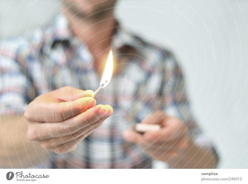Feuer? Mensch Mann Hand Erwachsene maskulin Hilfsbereitschaft retro Rauchen Kreativität Idee Freundlichkeit Hemd Brust Veranstaltung brennen