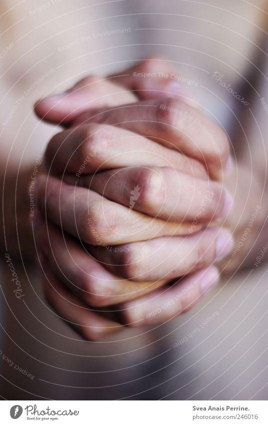 bitten,... maskulin Haut Arme Hand Finger 1 Mensch festhalten außergewöhnlich Krankheit Mut Leidenschaft Hoffnung Glaube Angst Einsamkeit Farbfoto