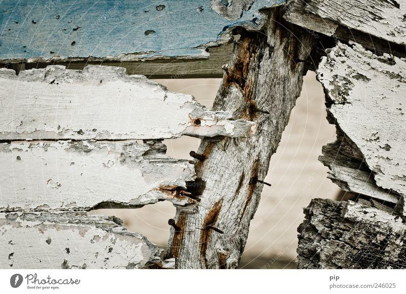 marode - die meeresode alt weiß blau Holz dreckig kaputt Vergänglichkeit verfallen trashig Loch Öffnung Fischerboot Bruchstück Beiboot morsch