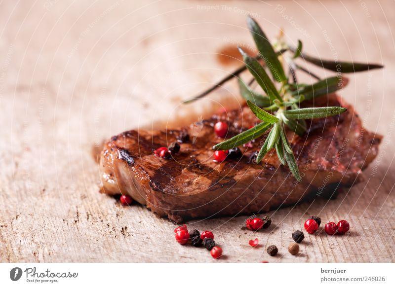 mary rose Lebensmittel Fleisch Kräuter & Gewürze Genusssucht Steak Rindfleisch Rosmarin Pfefferkörner rot schwarz Holz Schneidebrett gegrillt grillfleisch