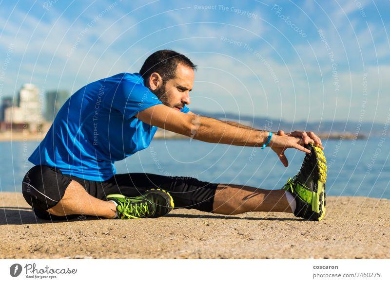 Jogger, der sich am Morgen am Meer ausdehnt. Lifestyle Körper Wellness Leben Erholung Freiheit Strand Sport Mann Erwachsene Natur Horizont Küste Vollbart