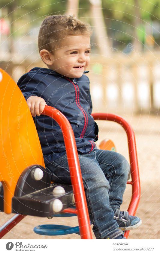 Kind weiß Freude Gesicht lustig Glück Junge Spielen Sand wild Park offen blond Kindheit Lächeln verrückt