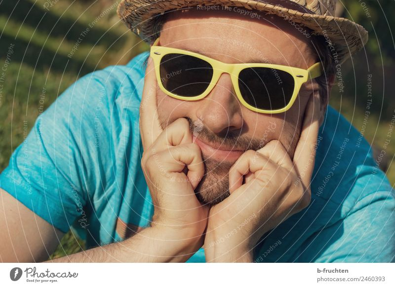 Mann mit Sonnenbrille und Hut Natur Ferien & Urlaub & Reisen Sommer Hand Erholung Gesicht Erwachsene Garten Kopf Ausflug Zufriedenheit maskulin Park träumen