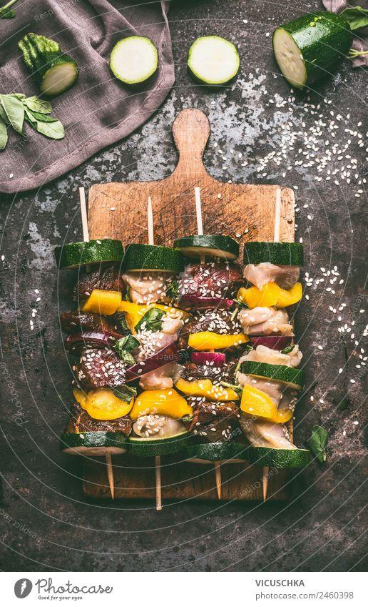Verschiedene Fleischspieße mit Gemüse auf Schneidebrett Lebensmittel Kräuter & Gewürze Ernährung Mittagessen Picknick Bioprodukte Stil Design Tisch Küche Grill