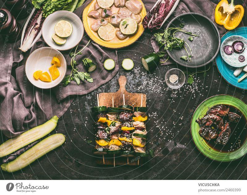 Verschiedene Fleischspieße mit Gemüse auf Schneidebrett Lebensmittel Salat Salatbeilage Kräuter & Gewürze Ernährung Picknick Bioprodukte Geschirr Teller