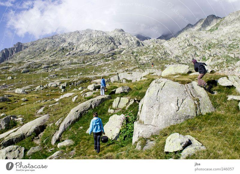 am gotthardpass Mensch ruhig Erholung Umwelt Landschaft Berge u. Gebirge Freiheit Gras Stein Zufriedenheit gehen maskulin Ausflug Tourismus Urelemente Alpen