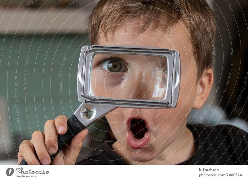 Kind mit Lupe Gesicht Junge Hand Finger 3-8 Jahre Kindheit Glas wählen beobachten festhalten frech Fröhlichkeit Abenteuer erleben Genauigkeit Lupeneffekt Auge